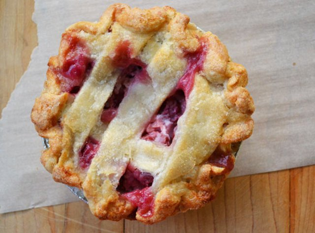 Julie rhubarb pie -val