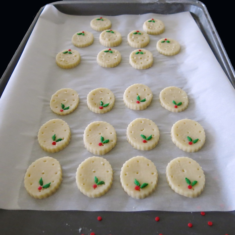 17-traditional-holly-shortbread-oval-2016