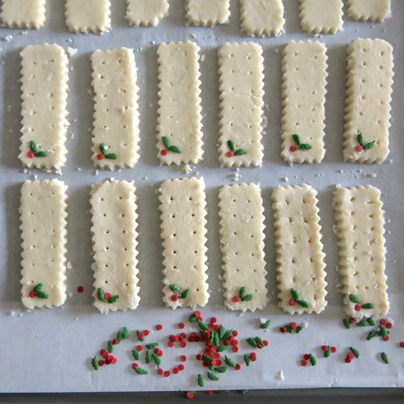 9-traditional-holly-shortbread-rectangles-2016